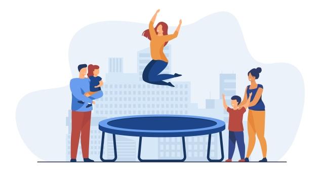 Famille qui s'amusent en trampoline