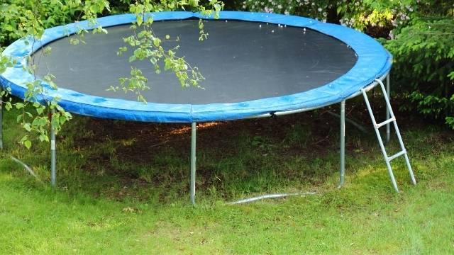 Un trampoline avec une échelle montée