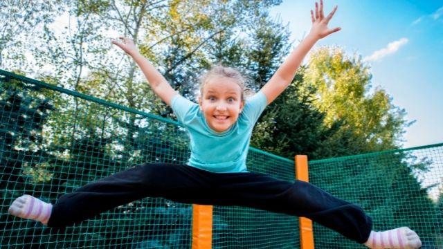 Fille avec une chaussette pour trampoline