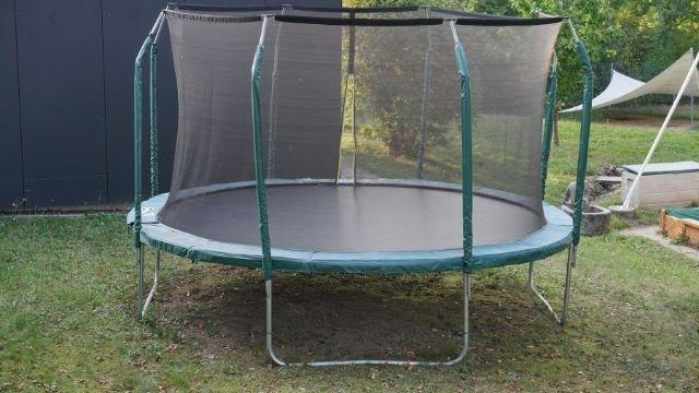 Trampolines avec coussin de protection et poteaux verts