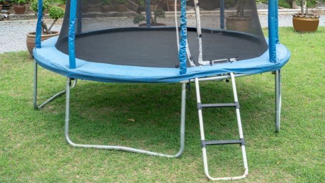 Une échelle pour trampoline